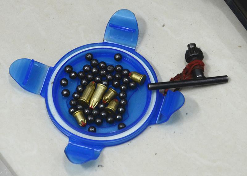 崔嵘摄/徐某利用钢珠和射钉枪的弹壳私造的子弹崔嵘摄