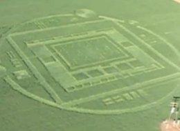 美加州一农场惊现芯片状麦田怪圈引关注