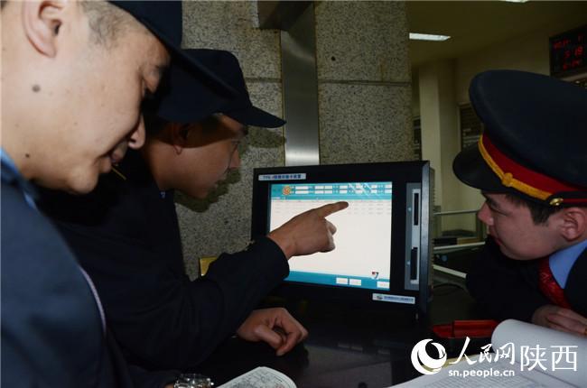 人民网西安1月26日电(高岗)在咸铜线(陕西咸阳至铜川)上,有一列火车被沿线百姓称为公交火车,因为该车运行全程203公里,途中在25个小站短暂停留,走完全程需6小时,票价1元起步,最高14.5元。 8355/8358次旅客列车是往返于西安与铜川耀县前河镇的绿皮车,由东风4型内燃机车牵引运行,全车共7节车厢,6节载客。因其方便、安全、便宜,深受沿线短途旅客喜爱。据列车长郭峰介绍,经常乘坐该列车的旅客有三类:沿线村民、煤矿工人、学生。周末或节假日一般是旅客最多的时候。