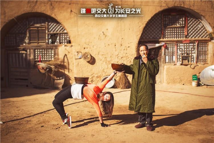 大学生用舞蹈表演陕西八大怪 赢得众人好评【