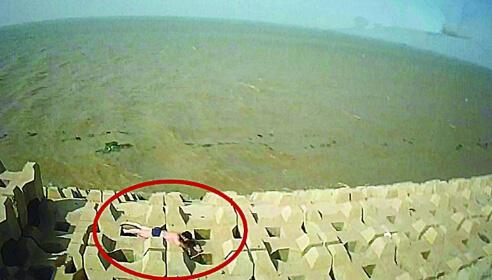 电影《荒岛余生》中,男主角因为飞机失事而流落
