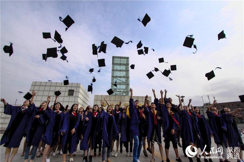 大学生毕业照摆心形造型