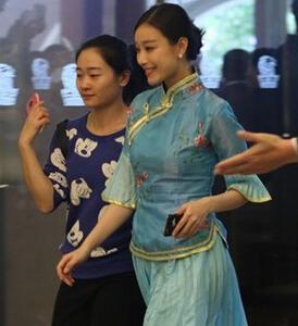 angelababy伴娘团曝光 倪妮穿中式服装现身(图)