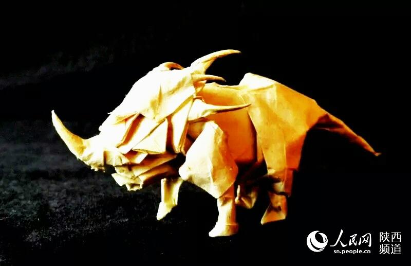 """铜川十八岁少年用纸折出一个""""动物世界""""(组图)"""