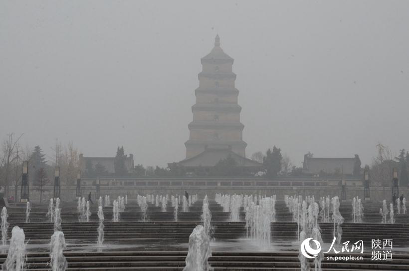 连续几日雾霾严重,西安大雁塔北广场喷泉观赏人群