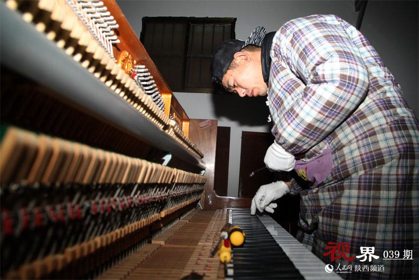 订购、打磨、喷漆、调律经过多道工序后,一架从国外进口的二手钢琴被摆放到销售区,最终成为人们可以正常弹奏的乐器。这是80后小伙赫晓宁目前每天要做的工作。 学过声乐、做过网络销售,最终选择钢琴调律师这个行业。创业,赫晓宁有了一家属于自己的二手钢琴店。钢琴的维修、调律,要有能吃苦的精神,更要有较真,钻牛角尖的精神。 对于现在所从事的工作,赫晓宁乐此不疲。他的梦想是通过自己的努力,让这家钢琴店拥有十多名员工,并成为西北地区所有琴行的批发店,所有琴行的钢琴都从我这拿。 放弃好工作 当了钢琴维修实习工 外表