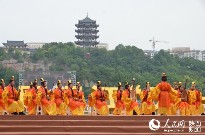 (组图)中国安康汉江龙舟节开幕 传统民俗彰显魅力