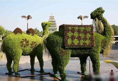 丝绸之路绿雕亮相大雁塔景区