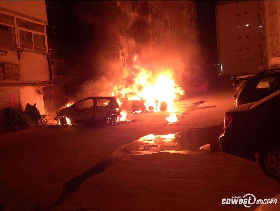 昨天(10月19日)凌晨4点54分,榆林绥德县公安局检察院小区内,有两辆小车突然着火,有蔓延趋势,情况十分紧急。 现场只见车内火光冲天,由于夜晚风比较大,已经导致火势蔓延,旁边停放的小车已经着火,火势处于猛烈燃烧阶段,着火车辆的两旁停放的辆车及房屋已经被大火严重烘烤。如果不及时控制火势,一旦蔓延到其他车辆及房屋,后果不堪设想。 消防一边疏散群众,灭火组立即出水灭火,官兵立即用水枪向着火轿车一阵猛射,同时给旁边的车辆进行降温。轿车其内不时传来噗噗的响声,现场出现了流淌火,现场指挥员立即下令利用水枪冲击力