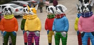 """重庆卡通狗雕塑着""""彩色服饰""""扮酷"""