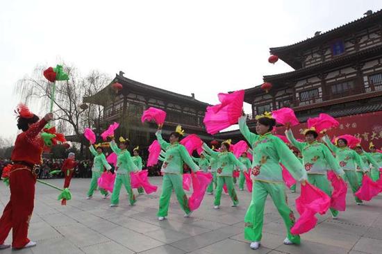 西安雁塔举行 锣鼓秧歌闹新春 文化体育大拜年
