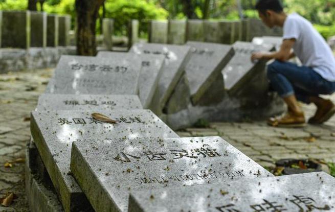 广州一公园设灭绝动物墓碑
