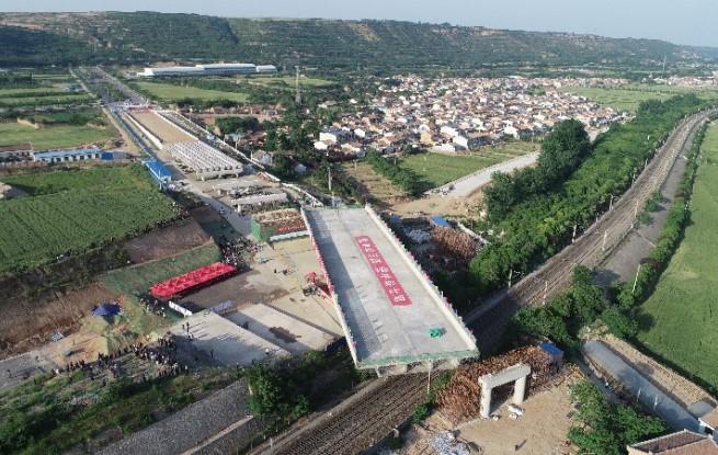"""9160吨""""巨无霸""""桥体 跨陇海铁路转体合龙"""