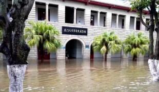 厦门豪雨倾泻 多处淹成一片汪洋        7日上午,厦门市遭受暴雨袭击,岛内部分镇街区已出现超过100毫米以上强降水,导致一些低洼地区,短时间内排水不畅,淹成一片汪洋。