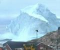 巨型冰山逼近村庄        据了解,这座高约百米的冰山在12号漂到了位于格陵兰岛西部的伊纳苏特岛岸边。