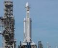 """全球首个私人环月之旅        SpaceX周四宣布,将使用""""大型猎鹰火箭""""把一位私人游客送往太空并绕月飞行。"""