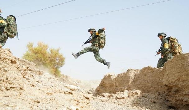 魔鬼周开训 武警官兵全副武装征战大漠戈壁