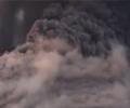 火山喷发瞬间熔岩球滚落        探险爱好者拍下了印尼某火山喷发的景象,当时他正和朋友在附近湖上游玩,没想到火山突然喷发。