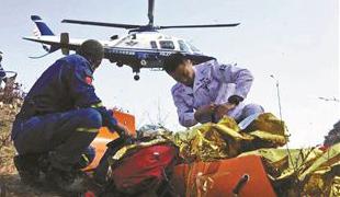 为救坠崖驴友 警方启用直升机近日,两起救援事件引发不少关注。10月21日18时许,一名驴友在房山十渡徒步登山时不幸失足滚落,房山警方为此启用直升机救援。
