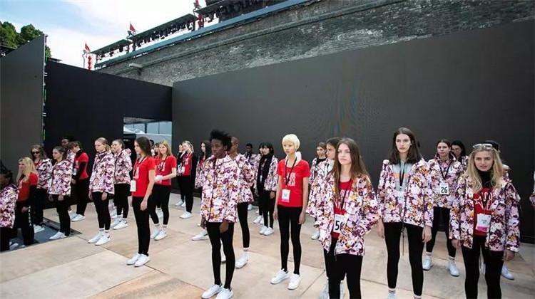 专业的模特步伴随著音乐的节奏,女孩们正认真地进行形体和仪态的