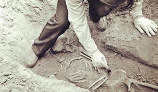 三代人守墓73年 无名烈士身份确认村里一家人从1945年起便开始守护这座烈士墓,至今三代人,在他们心中一直有一个谜,另一座墓里烈士的家人在哪儿?