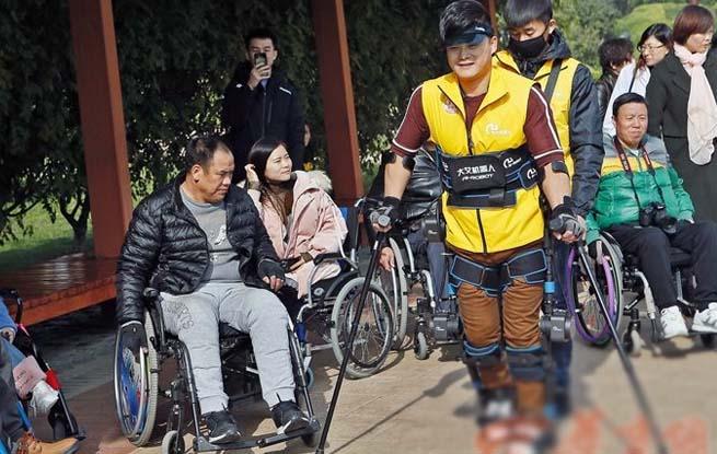 科技的力量!截瘫人士穿戴外骨骼机器人西安挑战马拉松