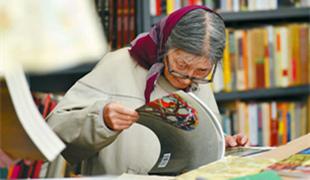 """阅读无处不在(解码·书香中国)书市淘本旧书,""""上海之巅""""读一首诗,地铁上听章有声书……贯穿南北的阅读活动,不仅使临近的世界读书日更有味道,也是""""书香中国""""的生动注脚。"""