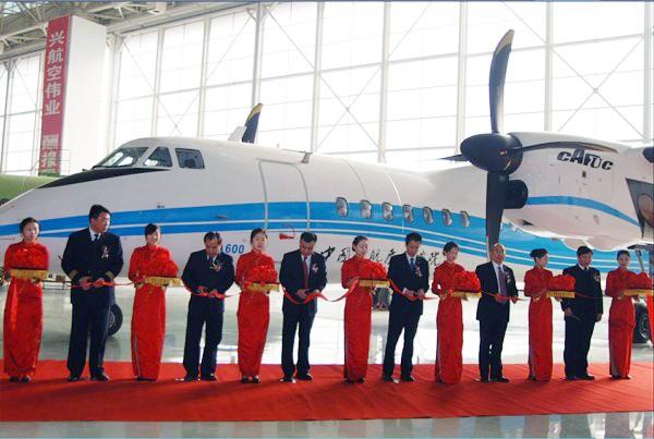 中国民航飞行学院与西飞国际代表为新舟600交接仪式剪彩.-陕西频道...