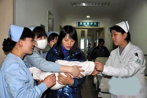 孩子别忘了回家的路简谱-陕西产妇分娩时婴儿掉入火盆续 军医救治康